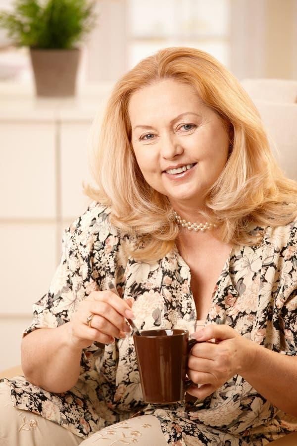kaffe som dricker den höga kvinnan royaltyfria foton