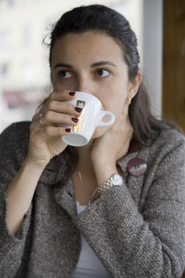 kaffe som dricker den utvändiga kvinnan royaltyfri bild