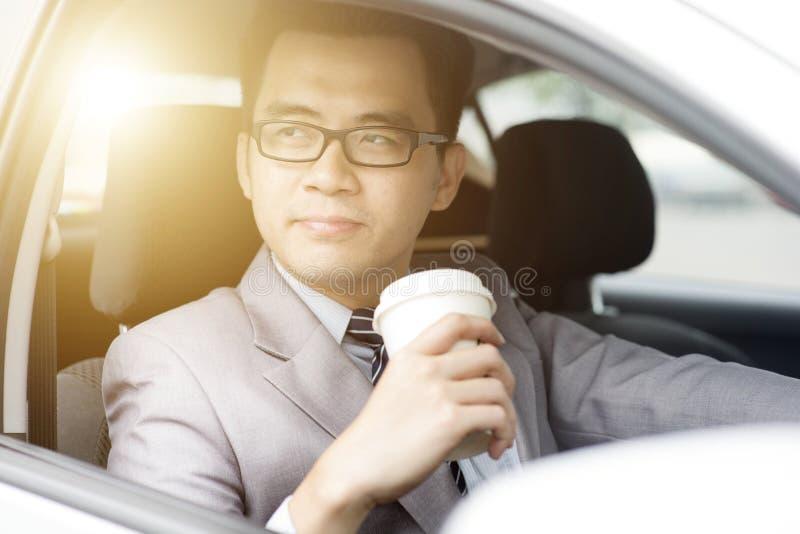 kaffe som dricker köra mannen royaltyfria bilder