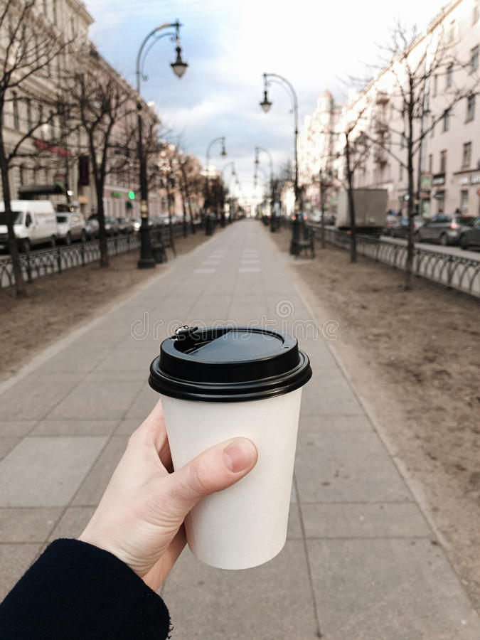 Kaffe som går på gatan av St Petersburg, Ryssland mobilt foto arkivbild