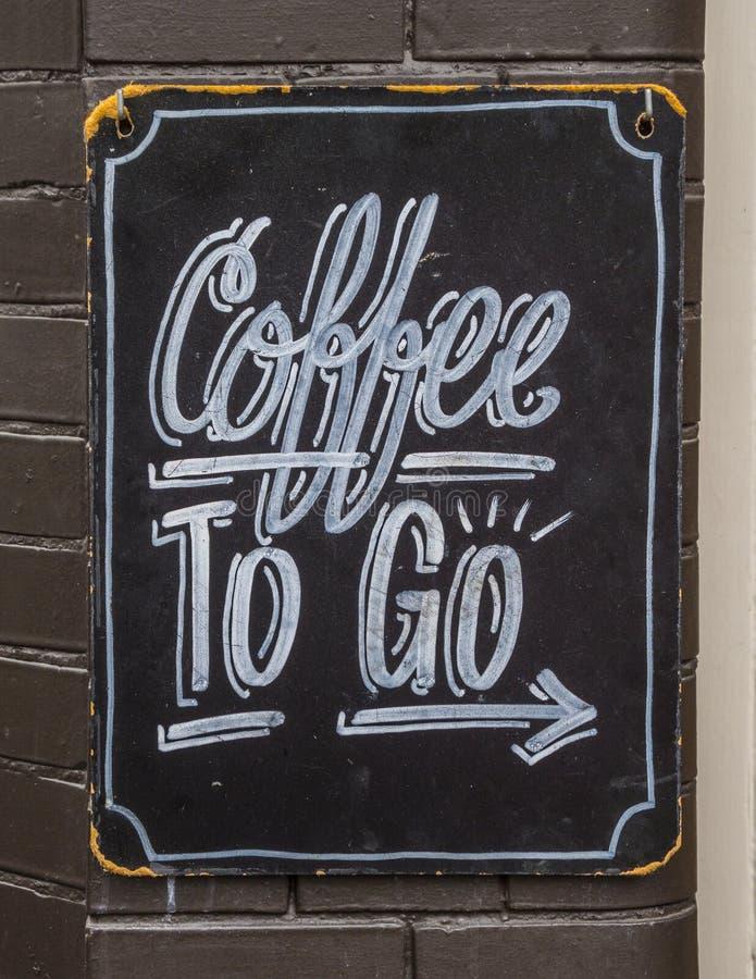 Kaffe som går, undertecknar in staden av Amsterdam - AMSTERDAM - NEDERLÄNDERNA - JULI 20, 2017 royaltyfria bilder