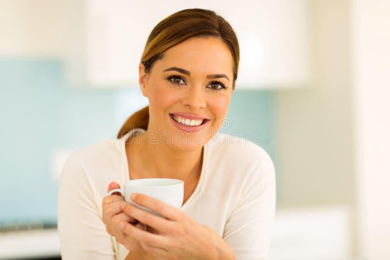 kaffe som har kvinnan royaltyfri fotografi