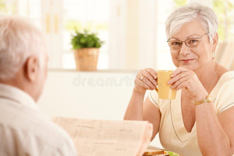 kaffe som har kvinnan för morgonståendepensionär royaltyfria foton