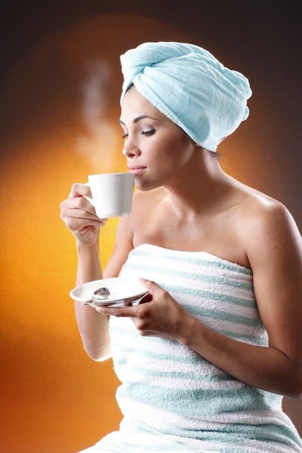 kaffe som har morgonkvinnabarn royaltyfria bilder