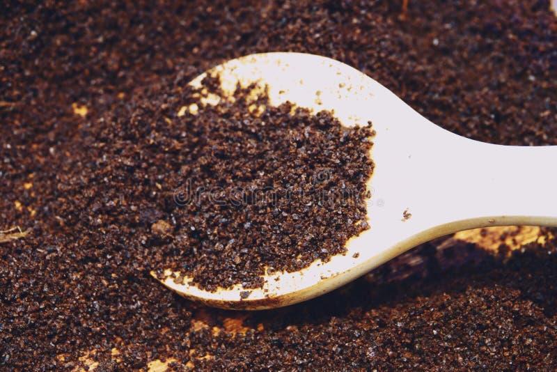 Kaffe som malas på ett träskedslut upp royaltyfria foton