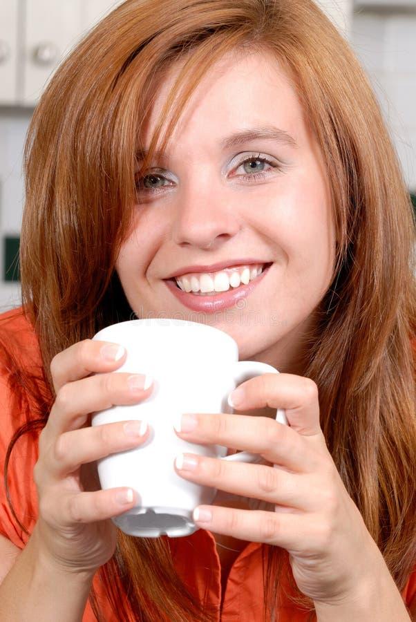 kaffe som tycker om kvinnan fotografering för bildbyråer