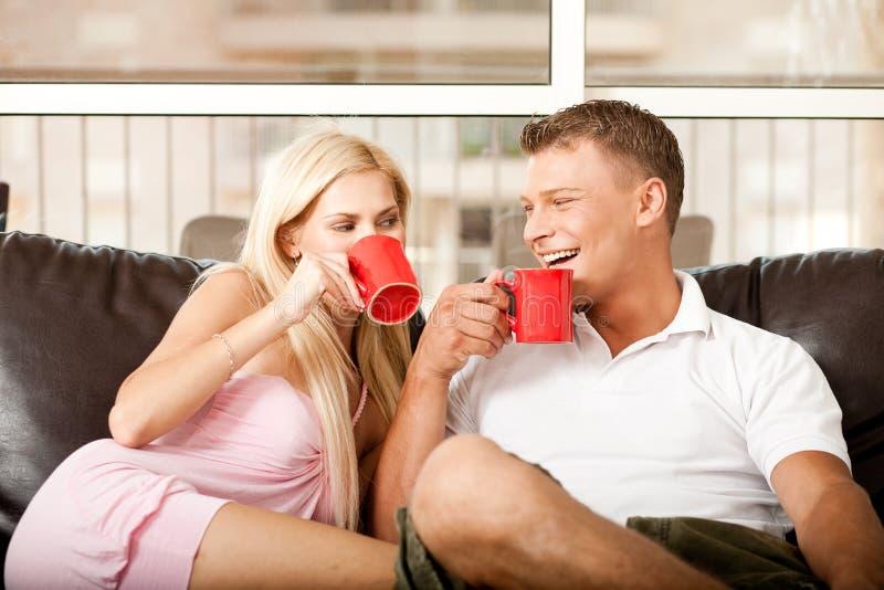 kaffe som tycker om mankvinnan fotografering för bildbyråer