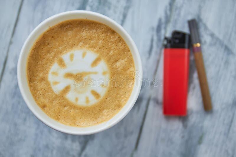 Kaffe, tändare och cigarett arkivbild