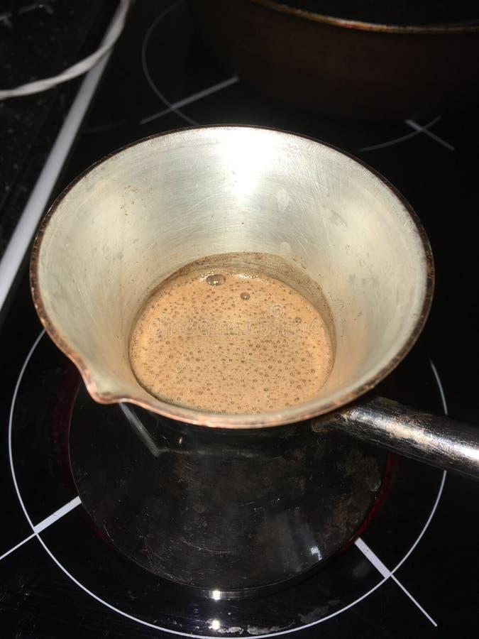 Kaffe turkaen, den hem- kaffeförberedelsen, doftande kaffe, kaffearom, lagar mat hemma arkivfoto