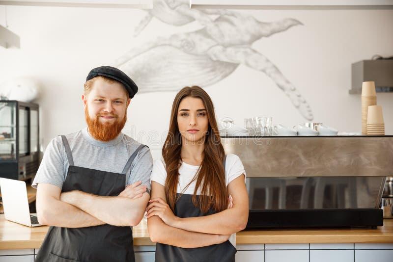 Kaffeaffärsidé - stående av små och medelstora företagpartners som tillsammans står på deras coffee shop fotografering för bildbyråer