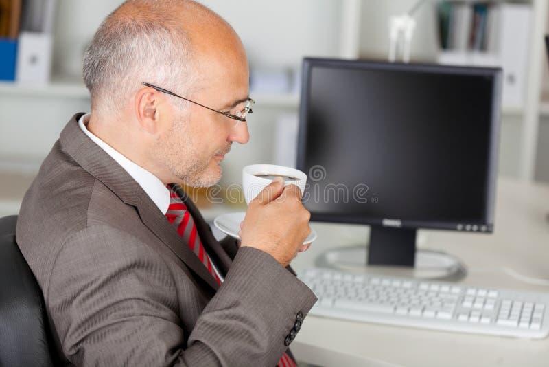 Kaffeavbrott i kontoret royaltyfri foto