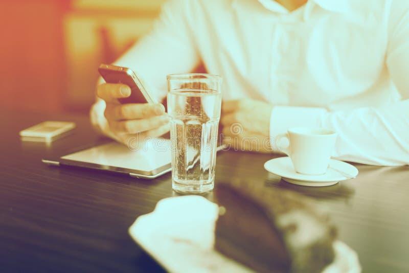 Kaffeavbrott med minnestavlan och smartphones arkivbild