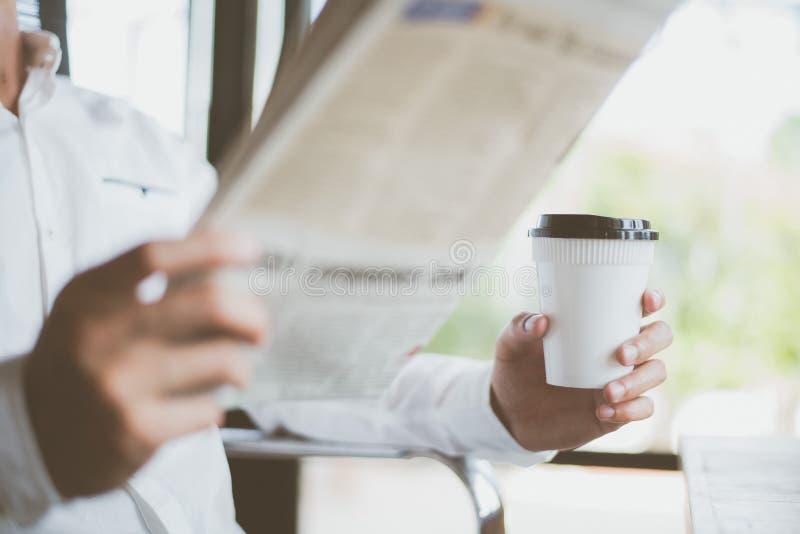 Kaffeavbrott och sökande för nyheterna royaltyfri foto