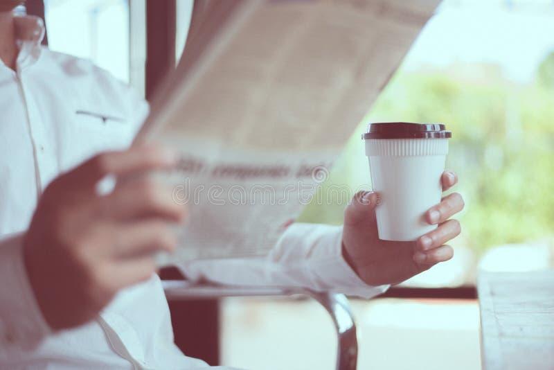Kaffeavbrott och sökande för nyheterna fotografering för bildbyråer