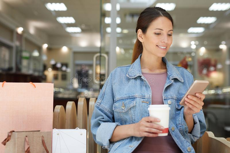 Kaffeavbrott under shopping arkivfoto