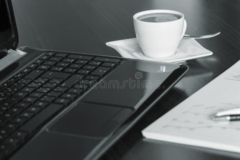 kaffebärbar dator arkivfoto