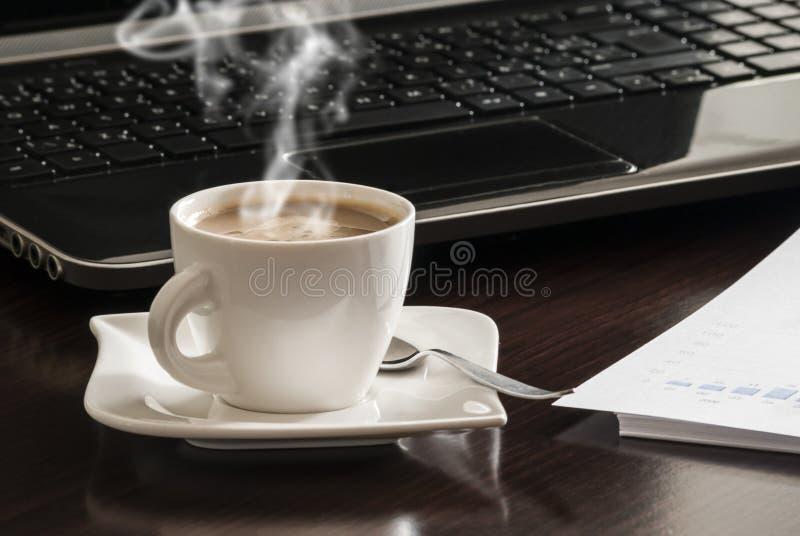 kaffebärbar dator royaltyfri fotografi