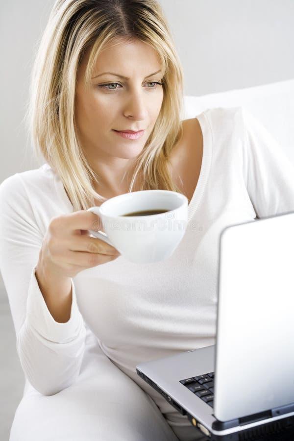kaffebärbar dator royaltyfria bilder