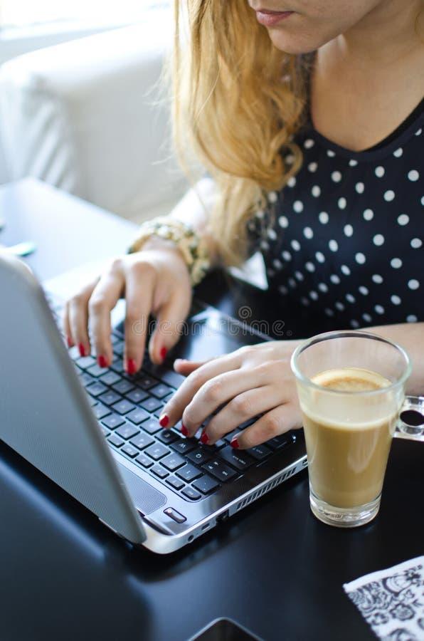 kaffebärbar datorkvinna royaltyfri foto