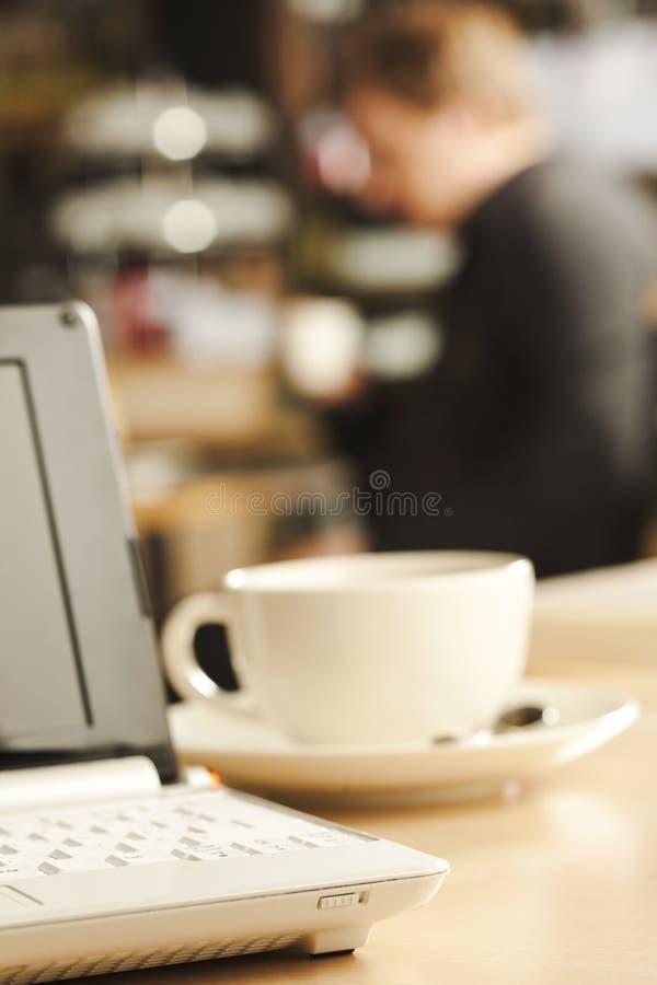 kaffebärbar datortabell royaltyfria foton
