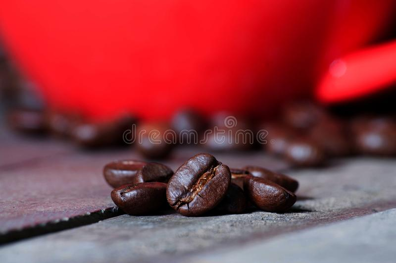Kaffeböna på det trä royaltyfri bild