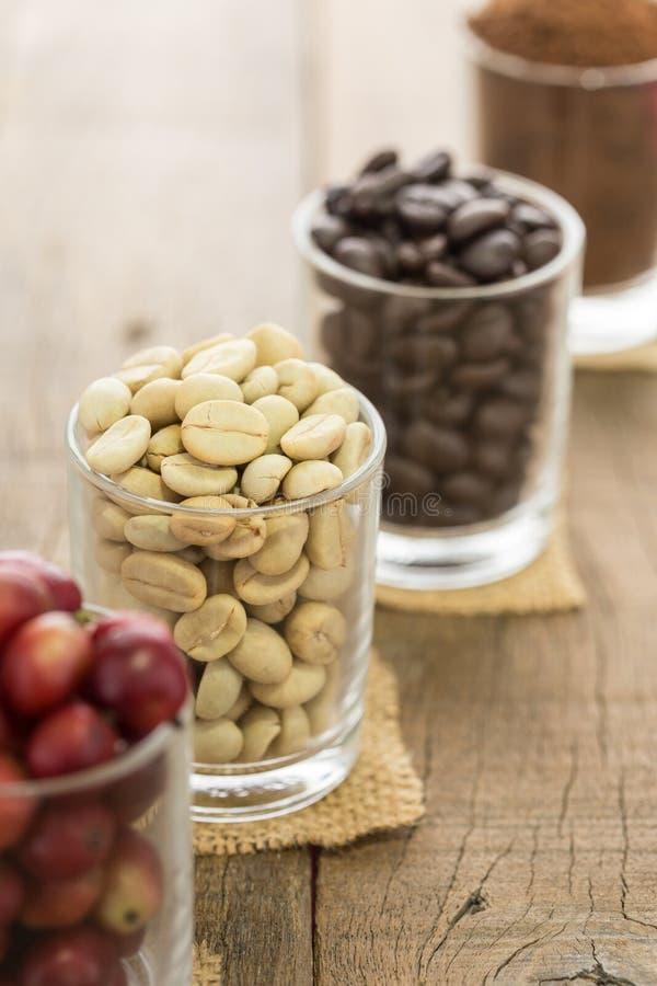 Kaffeböna på wood bakgrund arkivfoto