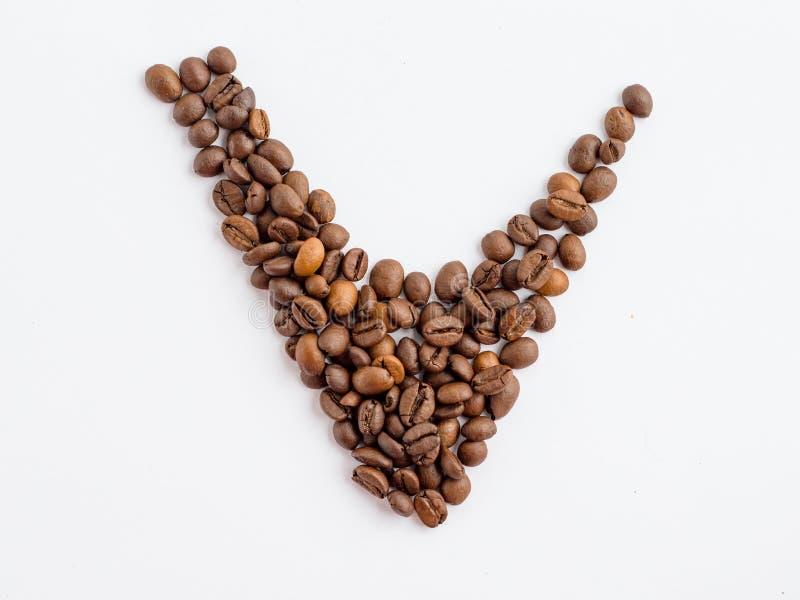 Kaffebönor av symbolet för kontrollfläck som isoleras på vit bakgrund, kvalitets- kontrolldrinkbegrepp royaltyfria bilder