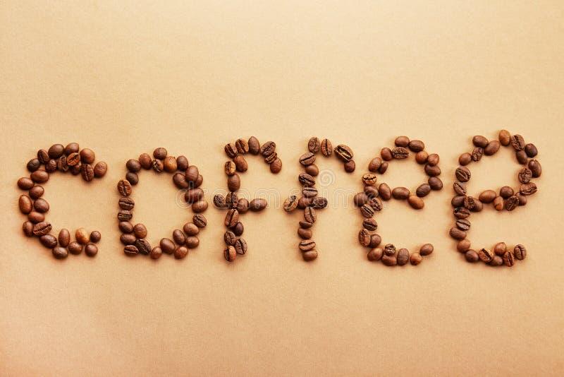 Kaffebönor bildade i ett ord arkivbilder