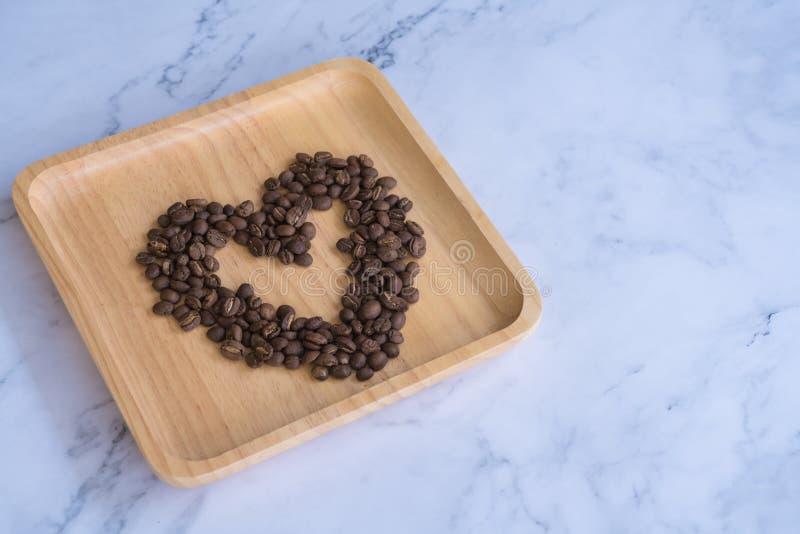 Kaffebönor för valentin dag som hjärtatecknet för förälskelse arkivfoton