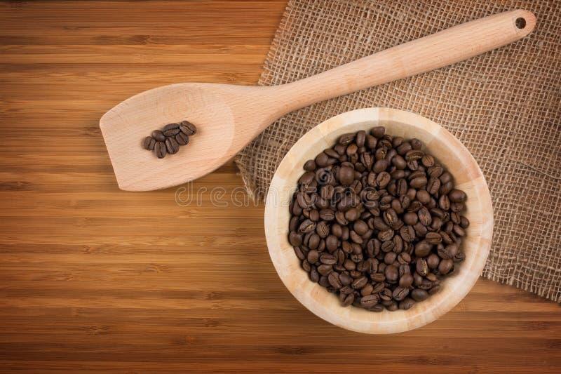 Kaffebönor i bunke arkivfoton