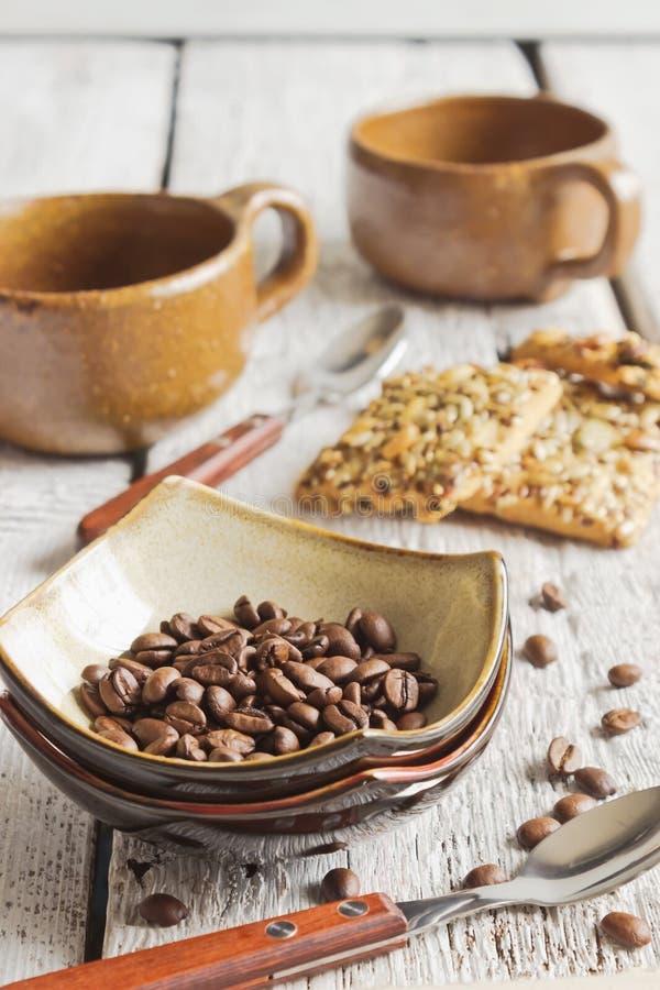 Kaffebönor i en bunke royaltyfri foto