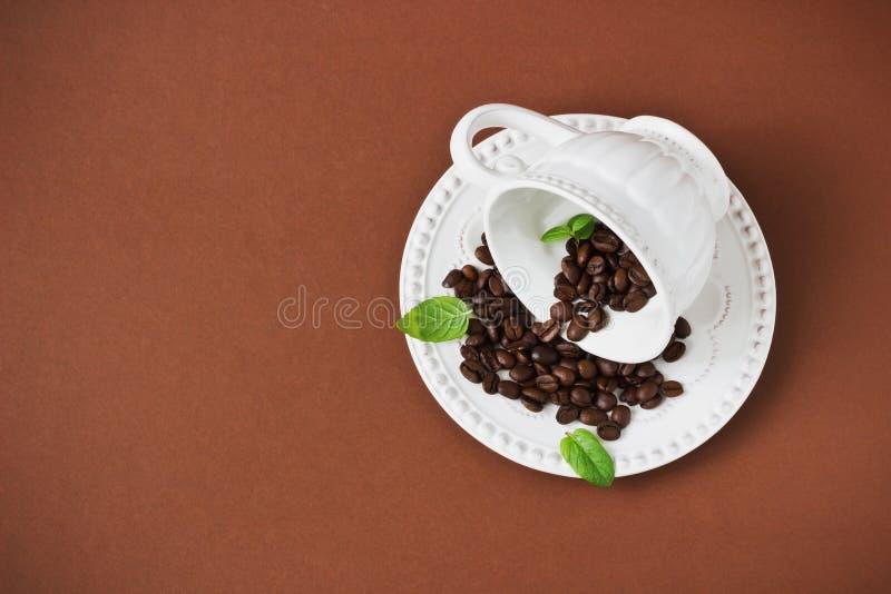 Kaffebönor i en kupa royaltyfri bild