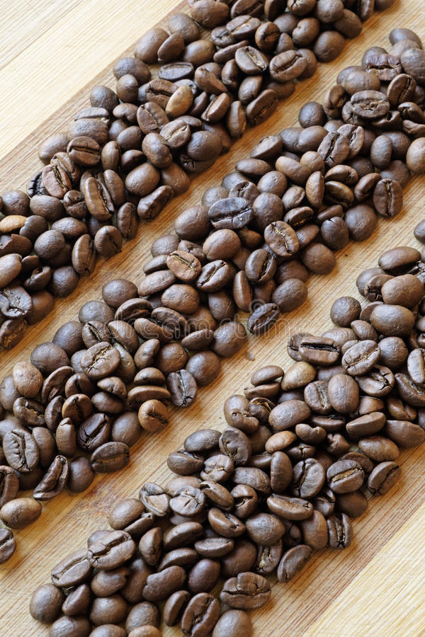 Kaffebönor i linjen ståendesida arkivfoton