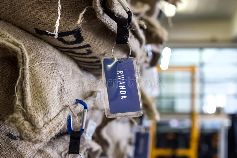 Kaffebönor i stora påsar i en coffee shop arkivbild