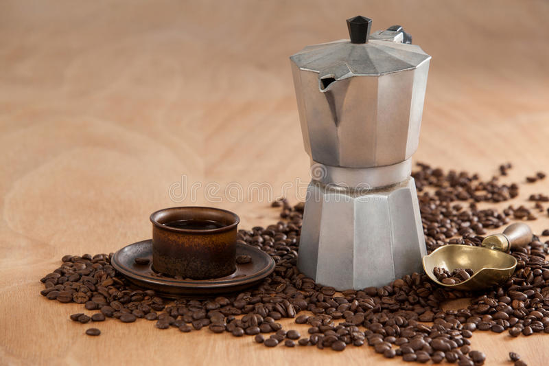 Kaffebönor, kaffe, kaffebryggare och skopa royaltyfria foton
