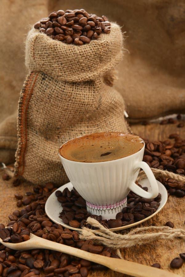 Download Kaffebönor Och CupCoffeebönor Och Kopp Fotografering för Bildbyråer - Bild av säckväv, avbrotts: 27285215
