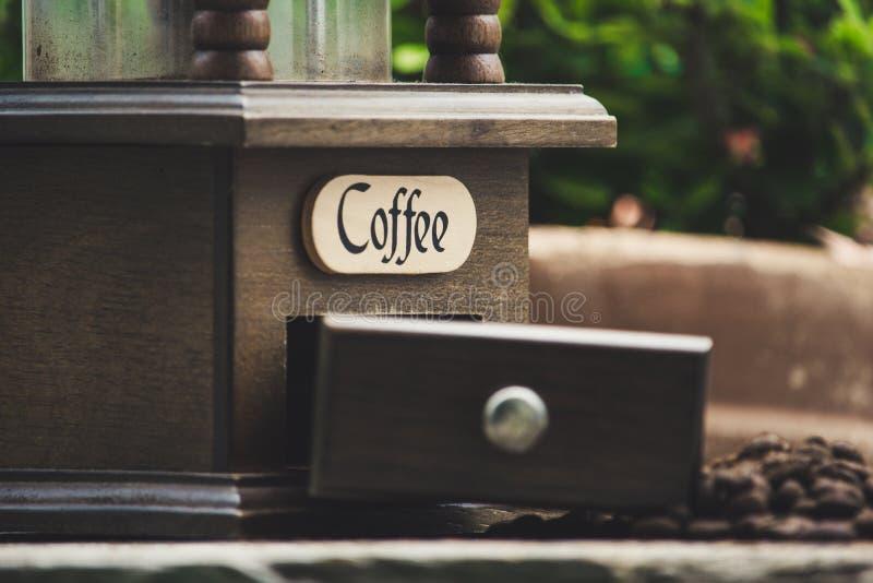Kaffebönor och grinder royaltyfri foto