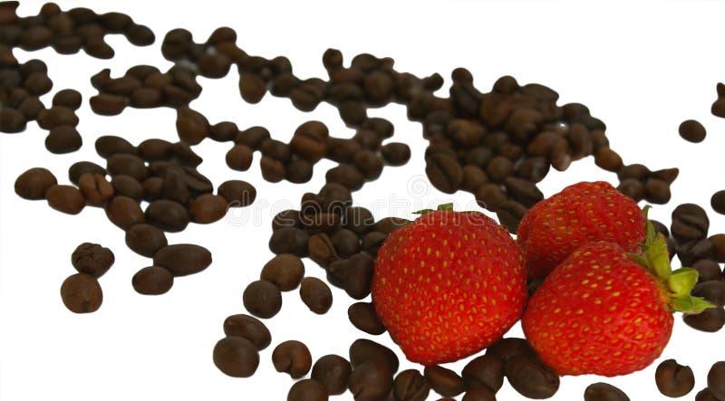 Kaffebönor och jordgubbar som isoleras på vit bakgrund arkivbilder