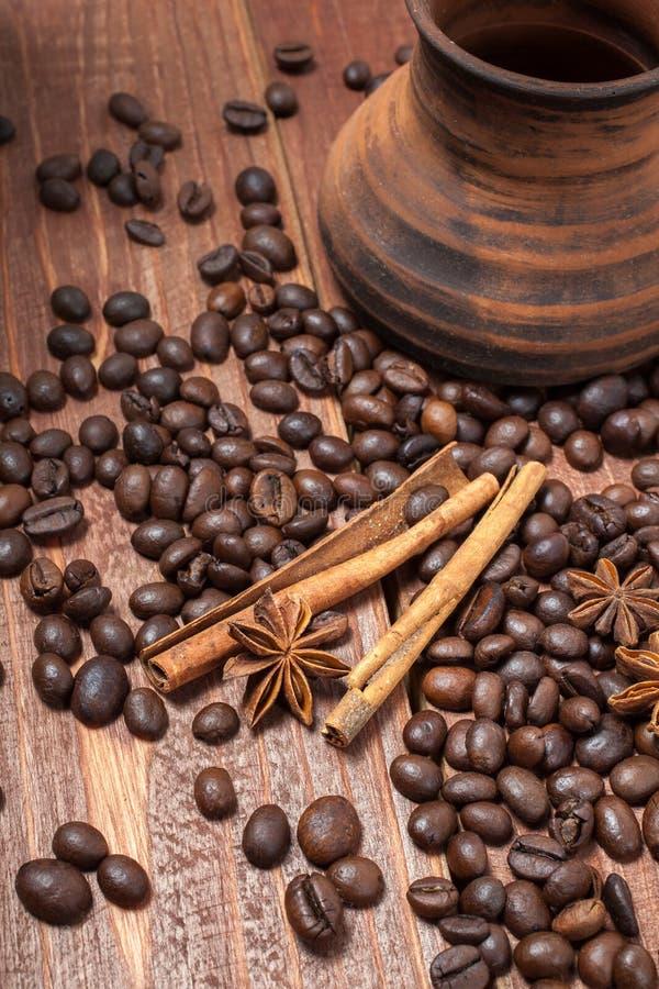 Kaffebönor och kryddor på en trätabell royaltyfri foto