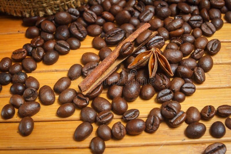 Kaffebönor och kryddor på en trätabell, slut upp arkivbilder