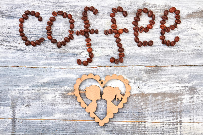 Kaffebönor och papp royaltyfria foton
