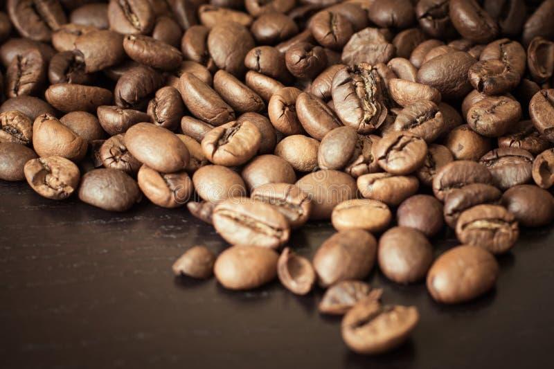 Kaffebönor på en trätabell royaltyfria foton