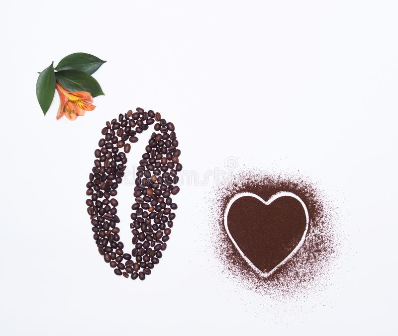 Kaffebönor på en vit bakgrund och en orange hibiskusblomma, en hjärta av kaffe, vit bakgrund som är organisk royaltyfri foto