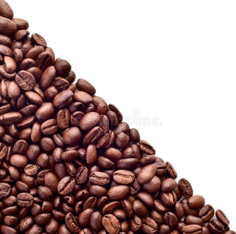 Kaffebönor sprids diagonalt arkivfoton