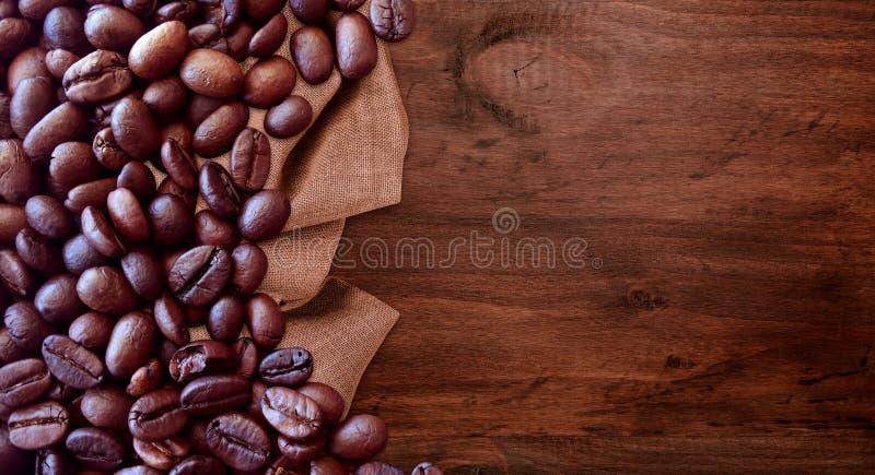Kaffeb?nor p? stil f?r tappning f?r tr?tabellbakgrund f?r grafisk design arkivfoton