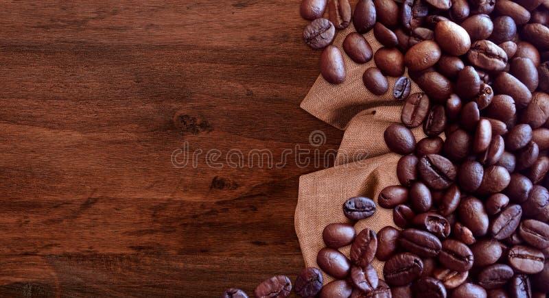 Kaffeb?nor p? stil f?r tappning f?r tr?tabellbakgrund f?r grafisk design royaltyfria foton