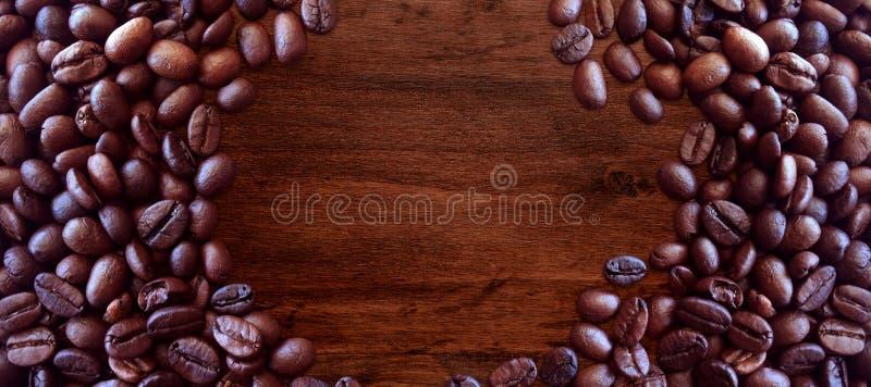 Kaffeb?nor p? stil f?r tr?bakgrundstappning f?r grafisk design royaltyfri foto
