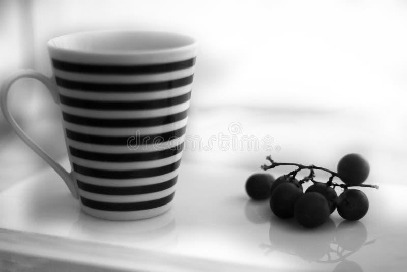 Kaffebröd och druvor arkivbild