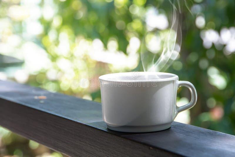 Kaffebromsupps?ttning, koppar av varm kaffeespresso p? tabellen och ljus bakgrund arkivbilder