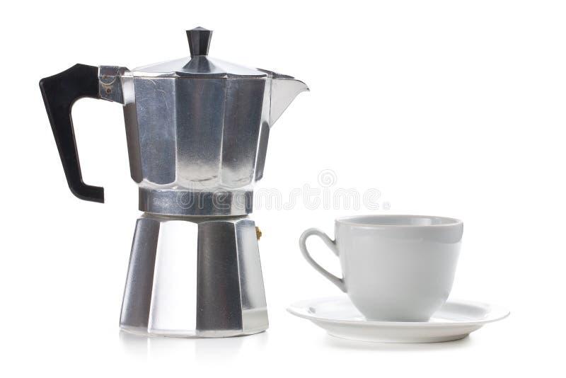 Kaffebryggare med den keramiska koppen royaltyfri bild